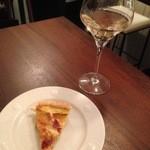 ヴァン フロマージュ ザキ - 料理写真:アタマイビレッジ・ピノ・グリ&本日のキッシュ^0^