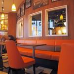エクスパーサカフェ - オレンジ色に統一された店内