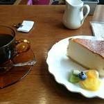 44666365 - プレーンチーズケーキと本日の珈琲 セット 800円税込