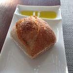Resutoranrukuwizusukairaunji - フォカッチャのような気もするハード系パンに香り薄いオリーブオイルを添えて