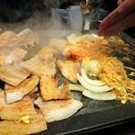 ミスターチェジュ - サムギョプサル、キムチと玉ねぎ