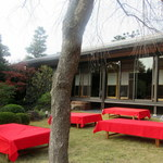 泉仙本店 - 建物の中でもいただけますが、だんぜんお庭でのほうがいいです。