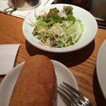 44683971 - ランチのサラダとフランスパン