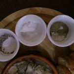 洋風酒場 アネモネ - アヒージョに添えていたのスパイス。黒胡椒と塩と、胡椒っぽい何か(良くわからなかった)。塩の存在意義がわからない。そのままで十分美味しい!それとも、塩じゃ無いのか?黒胡椒は、使いました。