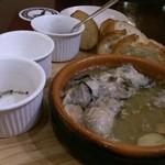 洋風酒場 アネモネ - たっぷり牡蠣のアヒージョ。熱々だし、2個食べちゃった。ごめんなさい。