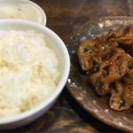 上田屋 - タレもつ、半ライス、漬物