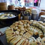 好公道の店 金鶏園 - 店頭に堆く積まれる酥餅が、此処の名物です。