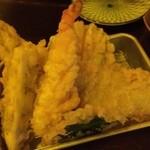 みやと水産 - 【店内黄色】天ぷら盛り合わせはネタが大きいんです!
