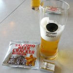 44689783 - 試飲①黒ラベル(ハーフ注ぎ) おつまみにサッポロ・ビヤクラッカーと北海道プレミアムチーズも頂きました♪
