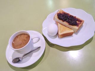 COMM - モーニングは、コーヒー330円でゆで卵と小倉トーストがついてきます。