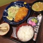 すえひろ食堂 - 重ねトンカツ定食(税抜1,048円)
