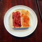 カフェ&バー コルト - モーニング432円のトーストにブルーベリージャムとイチゴジャム