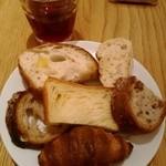 44696111 - ブリオッシュデニッシュ食パン、レーズンとくるみ、                       クロワッサン(固め・笑)、ライ麦入りのもの、少しサワーブレッドっぽいもの、カンパーニュ?