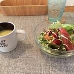 アンジェニュ - 最初にコーンスープとサラダがサーブ。