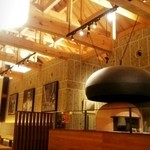 トラットリア・アグレステ - 天井が広く気持ち良い店内