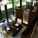 平城苑 - 開放感のある明るい窓際席。