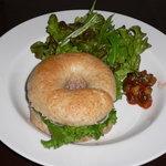 ワカバカフェ - 生ハムとカマンベールチーズの自家製ベーグルサンド(980円)