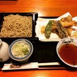 かみ山 - 天ざるそばを注文!天ぷらはサクッと揚がっていて、お蕎麦もコシがありとても美味しくいただきました。スタッフは、店主と奥様!お2人とも温かな雰囲気で、笑顔が素敵な方♡また来たいなと思える素敵なお店です!