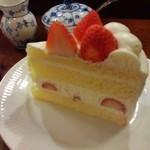 44701812 - □ストロベリーショートケーキセット 1480円(内税)□のストロベリーショート。ケーキの種類によって値段が違います。