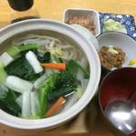 初後亭 - 引きずり出し温野菜のせに納豆 970円。