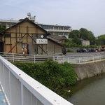 赤坂製麺所 - 川沿いにあります。