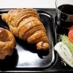 44712096 - クロワッサンとブリオッシュで自家製朝食