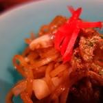 しぞ~かおでん お茶の間 - 富士宮焼きそば、麺が硬くて盛岡冷麺みたい。尚肉かすという肉のあぶらを一緒に炒めるのが特徴。