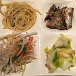 まるは食堂 - ビュッフェ(左上から時計回りに、じゃこパスタ、いわしの梅煮、白菜漬け、じゃこサラダ)