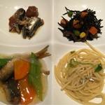 まるは食堂 - ビュッフェ(左上から時計回りに、いわしの梅煮、ひじき、じゃこパスタ、いわしの野菜あんかけ)