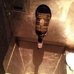 トゥッカーノグリル&バー - お手洗いに謎のワインボトル(蛇口)