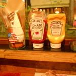 サントゥーダイナー - 2015/11 ケチャップ、マスタード、おしぼり、バーガー袋2枚、フォーク、ナイフでお食事セット合格!!