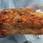 パンテテ - とまとクリームクロックムッシュ、表面はピザパンのよう