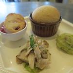 44740997 - 前菜は自家製パン、マッシュポテト、きのこと鶏肉、トマトのカポナータ