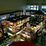 絶景レストラン うずの丘 - 1階の特産品売店、相当な賑わいぶり。