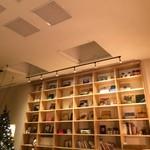 おふろcafe utatane - カフェの本棚。