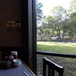 蔵屋鳴沢 - テーブル席の窓から見る韮山反射炉