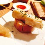 44747926 - カマンベール串                       シナモンのきいたジャムのようなモノが添えてあり、一緒に食べると本当に美味しい。