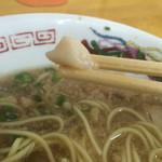 中華そば スエヒロ - 脂は箸で摘めるくらい存在感あります…笑
