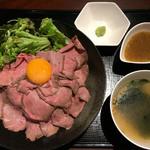 焼肉酒場 うしわかまる - ローストビーフ丼(スープ付き) 890円