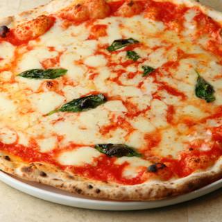 ピッツァに使用する粉・トマト・オイル・チーズはイタリア直送。