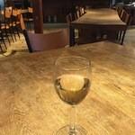 ジョジョズ カフェ&バー - ワイン、600円です。