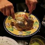 ミンガラバー - 肉を解してもらいました。右手にスプーン、左手にフォーク。