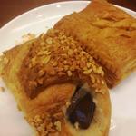 シンバシベーカリー・プラス・カフェ - ミートパイ、チョコとクリームデニッシュ