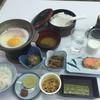 湯らくの宿のしろ - 料理写真:2015年11月。ハムエッグ、焼き鮭、納豆、海苔、キンピラの正しい朝食。