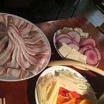 まんまーる - 新メニューのオリーブオイルの アグー豚のしゃぶしゃぶ   コレの具材  アグー豚で 有機野菜や、季節のフルーツを巻いてお召し上がり下さい