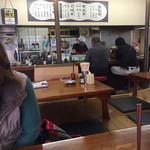 元祖びっくり亭 - 店内をパシャ 11時40分です。