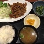 北の味紀行と地酒 北海道 - 今日の日替わりは、カルビ焼き定食830円。ランチタイムに喫煙可は残念。