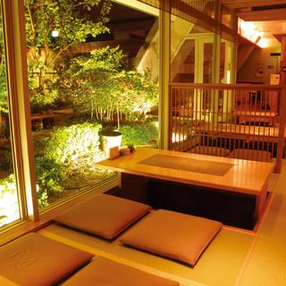庭園を見ながらお食事ができる掘りごたつ席が人気