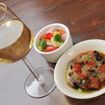 ビストロFrogs - 白ワインと日替わり小皿2種セット