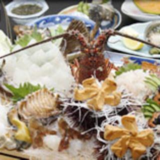 毎日、大漁の海の幸が水揚げされ、市場は活気づきます。